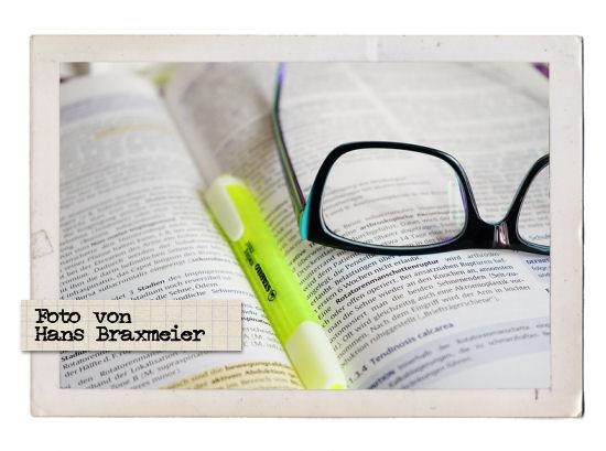 Foto von Hans Braxmeier http://pixabay.com/de/brille-lesen-lernen-buch-text-272399/