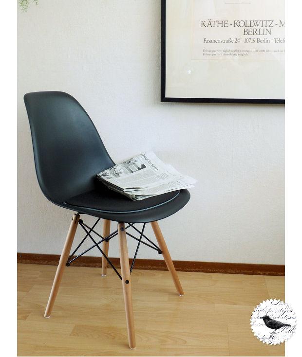 Die Rabenfrau mit neuen Eames-Art-Stühlen